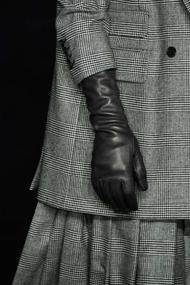 Bao tay là một món phụ kiện đem đến vẻ thanh lịch, sang trọng cho các quý cô. Vào mùa lạnh năm nay, Max Mara giới thiệu đến giới mộ điệu một thiết kế da bê tối giản, với gam màu đen bóng sang trọng.