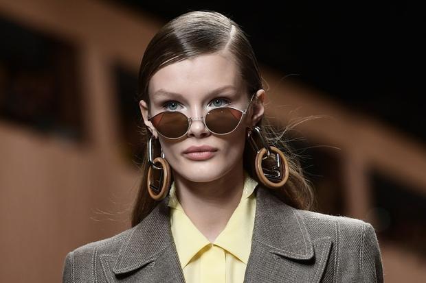 Các cô nàng yêu thích những sản phẩm mang đến nét thanh lịch, cùng tông màu trầm, ấm chắc hẳn không thể bỏ qua đôi hoa tai này của Fendi.