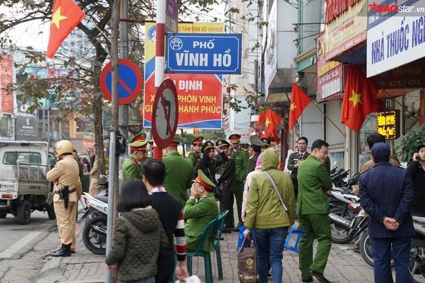Do diện tích chùa Phúc Khánh nhỏ mà nhà chùa lại nhận đăng ký cầu an, giải hạn không giới hạn nên người tham dự ngồi tràn ra phố Tây Sơn ảnh hưởng đến an ninh trật tự.