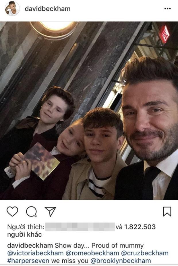 """Từ sau khi giã từ sự nghiệp, Beckham lui về làm hậu phương để Victoria yên tâm phát triển sự nghiệp. Bức ảnh cả nhà đưa nhau đi ủng hộ mẹ nhận được hơn 1.8 triệu like cho thấy sức hút của """"ông bố bỉm sữa"""" vẫn không hề mảy may sụt giảm."""