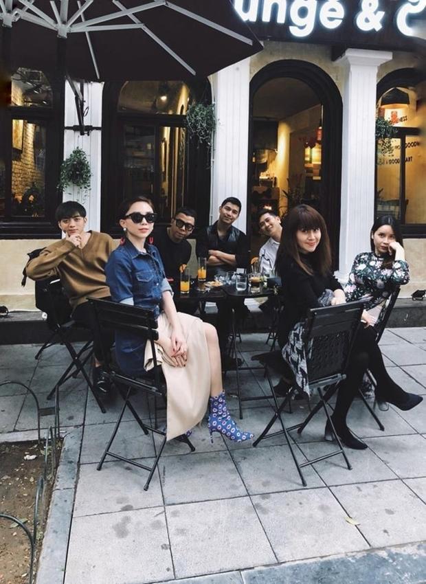 """Nhiều tin đồn nữ ca sĩ ra Hà Nội thăm hỏi gia đình người yêu, """"tiện thể"""" ăn Tết cùng bạn bè."""