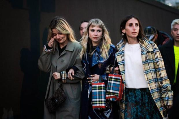 Các biểu tượng thời trang đồng loạt diện họa tiết caro từ thương hiệu Burberry từ áo khoác đến túi xách.