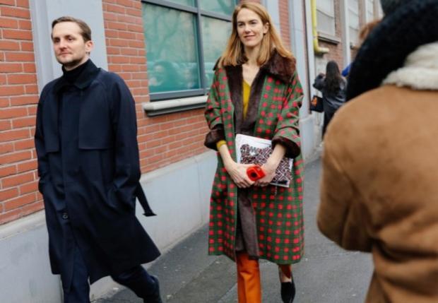 Nhà báo thời trang đình đám của Ý JJ Martin khoác áo họa tiết kẻ sọc mang thương hiệu của chính cô La Double.