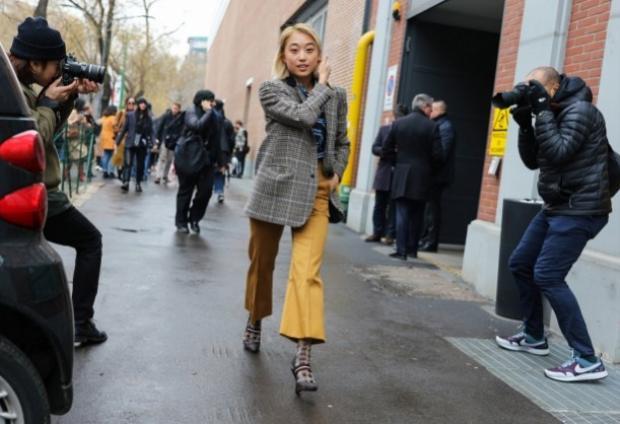 Nhà báo thời trang kiêm stylist tự do Margaret Zhang trong chiếc áo khoác sọc caro.