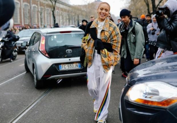 Chuyển sang sàn diễn Milan ở đất nước Ý lãng mạn với đông đảo các tín đồ streetstyle, không khó bắt gặp họa tiết kẻ sọc caro ở đây. Người mẫu, nhà hoạt động xã hội Adwoa Aboah với chiếc Burberry jacket sọc caro.