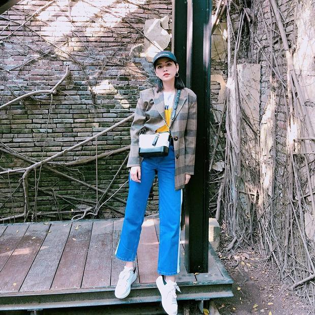 Chi Pu đầy cá tính với blazer kẻ sọc cổ điển cùng quần thể thao xanh coban hiện đại. Cô nàng đa năng này sẵn sàng chi hàng ngàn đô để nâng tầm outfit của mình bằng túi xách Chanel xa xỉ.