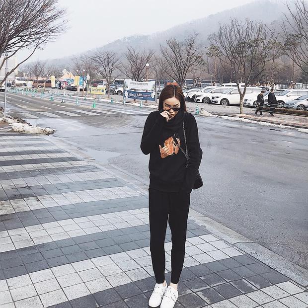 Sông có thể đổi, núi có thể dời, nhưng Kỳ Duyên vẫn sẽ mãi mãi trung thành với những outfit trầm tính. Người đẹp diện set đồ full black từ Off-White cùng phụ kiện là kính mắt của Fendi và túi xách Chanel sang chảnh.