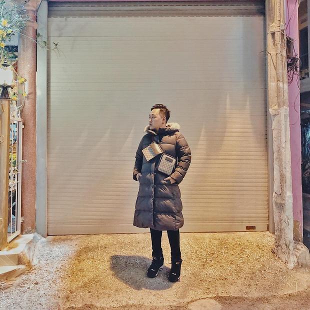 Trung Quân Idol đang ngày càng thể hiện sự chịu chơi của mình trong hàng loạt những item xa xỉ nhưng chất phát ngất. Các thương hiệu được anh lựa chọn để mix and match cho set đồ street style của mình chính là Uniqlo, Fila và Gucci.