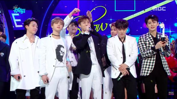 """Có vẻ như các chàng trai rất háo hức khi đã có thể """"phục thù"""". Trước đó 1 ngày, iKON đã thua Momoland tại Music Bank đài KBS."""