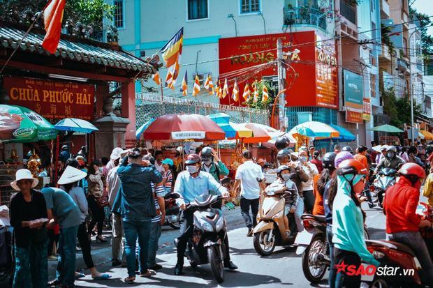 Con đường Mai Thị Lưu đã được ngăn lưu thông ngay từ sáng sớm để phục vụ cho người dân đổ về chùa khấn vái.