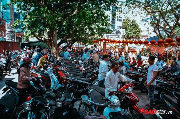 Bãi xe bên trong chùa đã chật kín ngay từ sáng sớm, tận trưa mọi người đều buộc phải gửi xe nhà dân.
