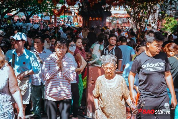 Dù giữa trưa nhiệt độ trên 34 độ C, nhiều người vẫn đổ về chùa Ngọc Hoàng để cầu may.