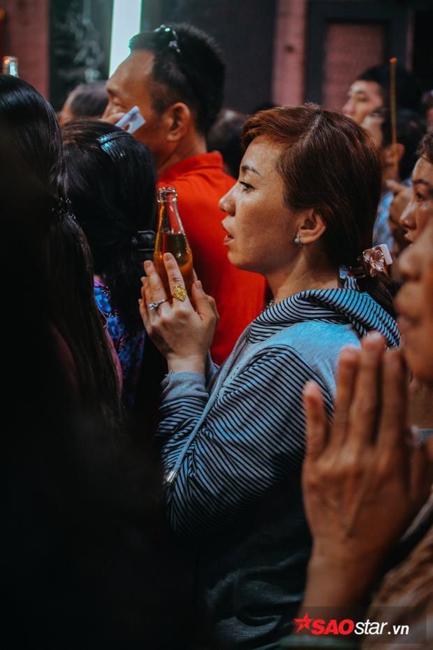 Mọi người đều vật vã mồ hôi vì thời tiết nóng cộng với người đông, đốt nhang và vàng mã bên trong chùa liên tục