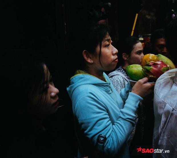 Vật vã dưới cái nóng 34 độ, nghìn người chen chân đến chùa Ngọc Hoàng trong ngày cúng chư thiên