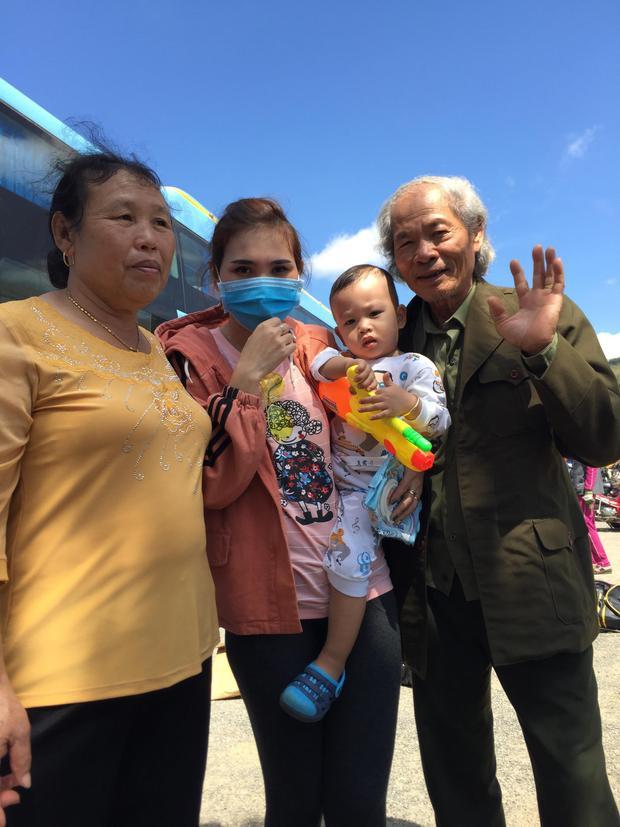 Chị Linh chụp ảnh cùng ông bà ngoại. Ảnh: NVCC.