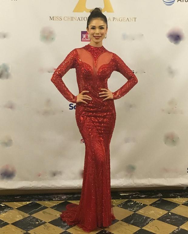 """Giành vương miện Hoa hậu hoàn vũ 2007 khi mới 21 tuổi, mỹ nhân Nhật Bản Riyo Mori sau 10 năm đăng quang vẫn sở hữu nhan sắc đáng ngưỡng mộ. Mới đây người đẹp diện đầm của NTK Hoàng Hải trong sự kiện """"Miss China Town USA"""" diễn ra ở San Francisco tối 23/2. Người đẹp chia sẻ, cô rất thích những bộváy dạ hộidáng đuôi cá, tôn đường cong hiệu quả từ nhà mốt Hoàng Hải. Mỹ nhân xứ Phù Tang nhận xét, thiết kế của Hoàng Hải như những tác phẩm nghệ thuật."""