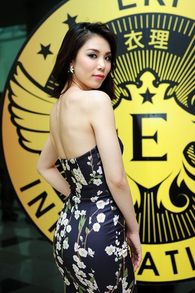 """Trang phục dạ hội in họa tiết giúp Hoa hậu Hoàn vũ 2007 nổi bật tại sự kiện. Phom dáng đuôi cá cùng điểm nhấn ở phần lưng trần càng làm cho cựu hoa hậu quyến rũ hơn bao giờ hết. Đây là mẫu váy của NTK Lý Quí Khánh """"đo ni đóng giày"""" cho người đẹp."""