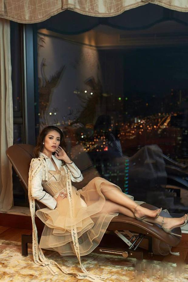 """Ngoài Hoàng Hải, Lý Quí Khánh thì những thiết kế của Công Trí cũng khiến cựu Hoa hậu Hoàn vũ ưa chuộng. Trong hình cô diện thiết kế nằm trong BST """"Thứ Sáu của Chị"""" khi chụp hình cho một tạp chí thời trang."""