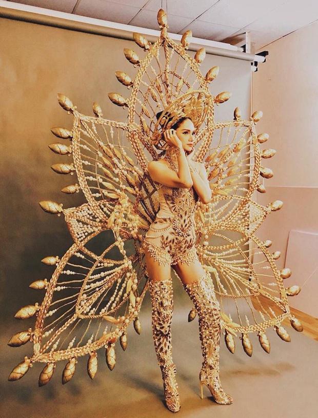 """""""Toàn cảnh"""" bộ trang phục dân tộc cầu kỳ của Hương Giang tại Miss International Queen Pageant."""