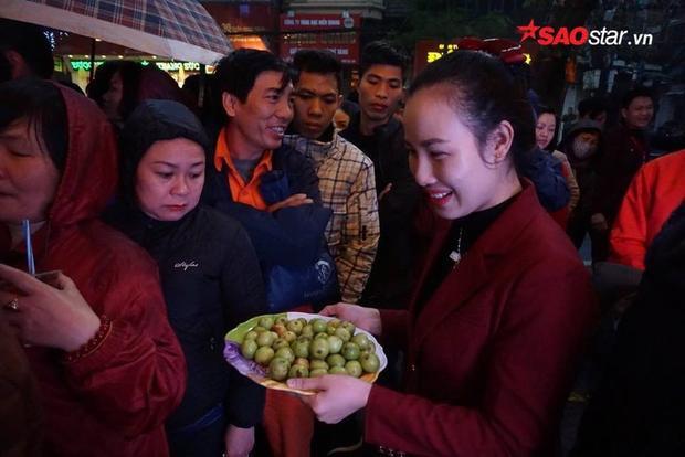 Xếp hàng từ sáng sớm nên nhiều người còn chưa kịp ăn lót dạ. Trong lúc chờ đợi, họ ăn tạm trái cây của tiệm vàng mời.