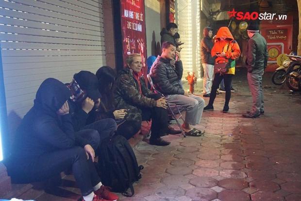 Ngay từ rất sớm nhiều người đã ngồi trước cửa tiệm vàng.