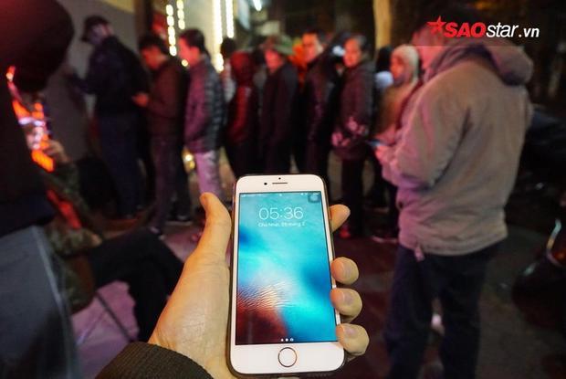 Hình ảnh dòng người đứng chờ lúc 5h36 tại tiệm vàng Bảo Tín Minh Châu.
