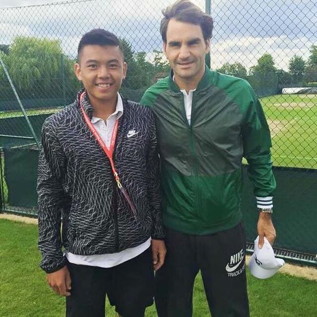 Tay vợt của Becamex Bình Dương chụp ảnh cùng huyền thoại sống làng banh nỉ Roger Federer.