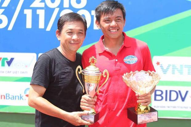 Lý Hoàng Nam ăn mừng 2 chức vô địch Men's Futures nhà nghề bên cạnh ba mình - ông Lý Hoàng Việt.