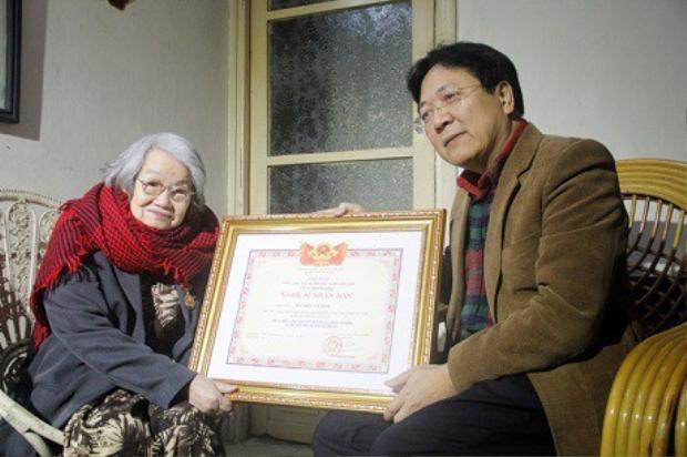 Bà nhận danh hiệu Nghệ sĩ Nhân dân vào năm 2016.