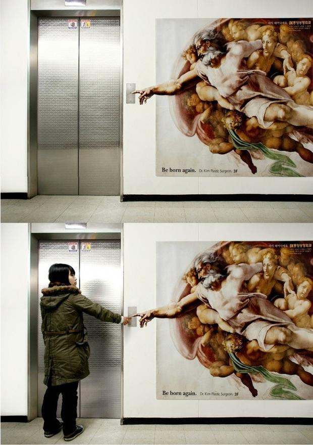 """Kiệt tác Sự tạo dựng Adam của Michelangelo được bác sĩ Kim tận dụng quảng cáo cho phòng phẫu thuật thẩm mỹ với khẩu hiệu: """"Bấm vào thang máy là bạn được sinh ra thêm lần nữa""""."""
