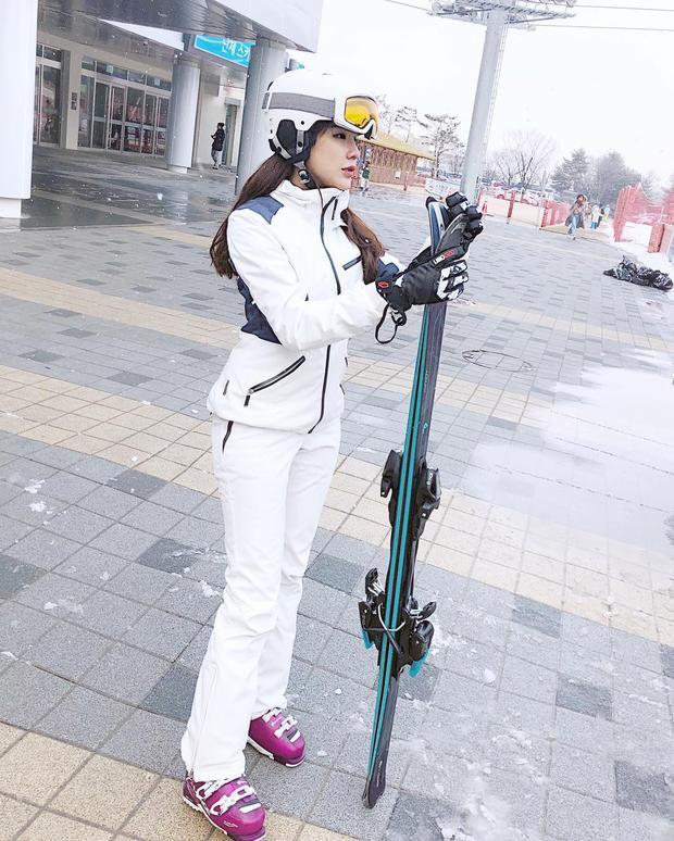 Diện trang phục trượt tuyết nhưng Diệp Lâm Anh vẫn vô cùng thời thượng. Với cách lựa chọn cả cây trắng thanh lịch, đôi giày tím hồng làm điểm nhấn, cô nàng là minh chứng cho việc mặc đồ tập, đồ thể thao vẫn có thể đẹp như thường.