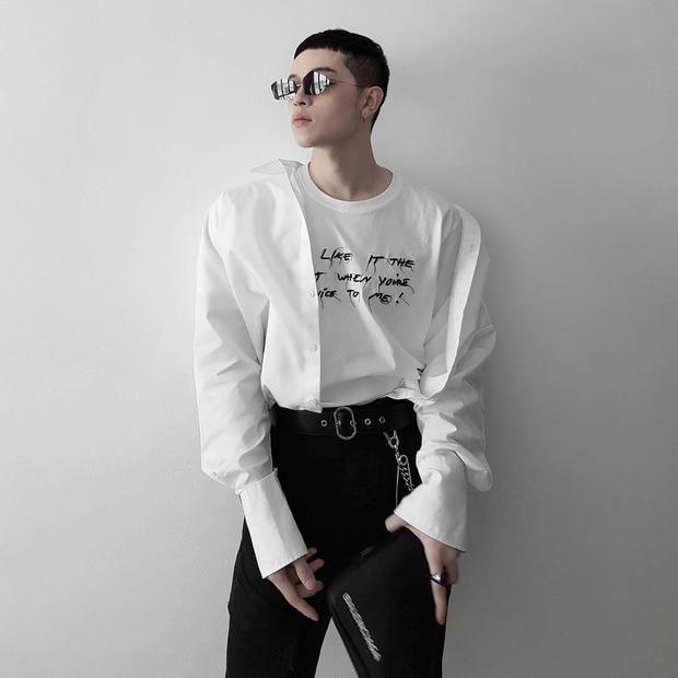 Quả không hổ danh là stylist hàng đầu, chỉ với hai sắc đen, trắng basic, Kelbin có ngay cho mình set đồ ấn tượng.