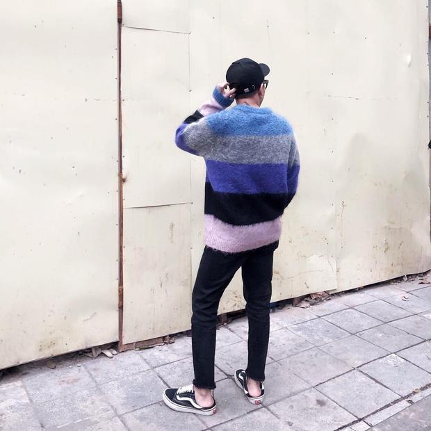 Chụp từ phía sau, Hoàng Ku vẫn vô cùng năng động với áo len chui đầu in chuyển màu bắt mắt phối cùng đôi Vans đen basic. Tuy bộ cánh có phần xuề xòa so với những outfit lịch lãm mà anh thường diện, nhưng phải công nhận, stylist Hà Thành vẫn rất trẻ trung, cá tính.