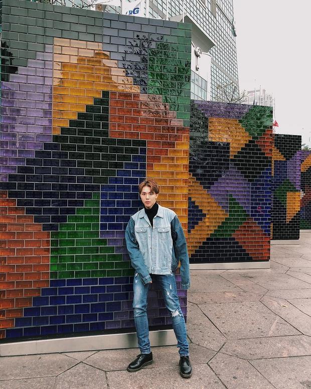 Mặc cả cây jeans, nhưng việc mix các items khác màu đã khiến Erik trông thật sự thời thượng. Thời gian gần đây, bên cạnh những sản phẩm âm nhạc chất lượng, anh chàng còn được nhiều khán giả hâm mộ bởi gu ăn mặc cá tính, luôn cập nhật các xu hướng của giới trẻ.