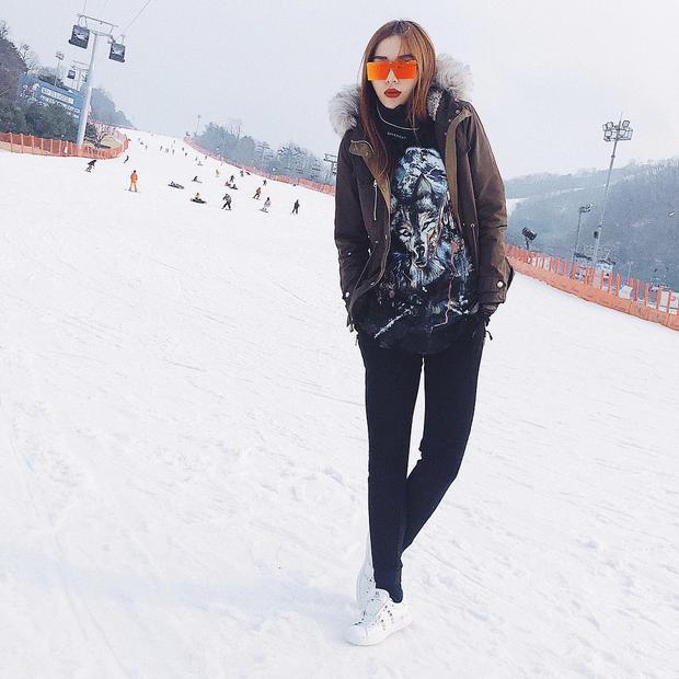 Trong chuyến du lịch Hàn Quốc dịp Tết, tuy ăn diện kín đáo nhưng Kỳ Duyên vẫn toát lên vẻ năng động, cá tính với combo áo phông và quần skinny, đi cùng áo khoác cổ lông và kính mát gương làm điểm nhấn.