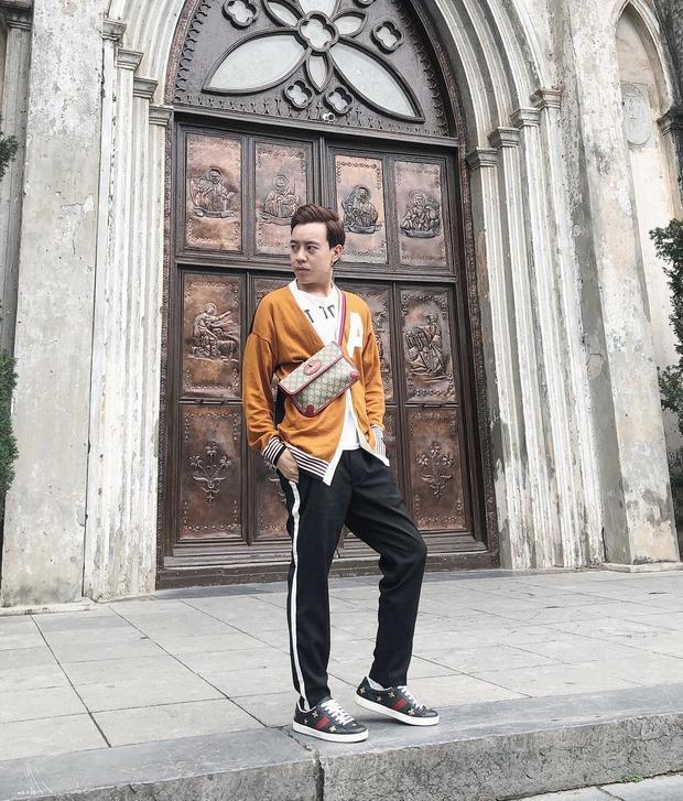 Stylist Huy Mạch đem đến outfit tươi trẻ nhưng vẫn có nét lịch lãm với áo cardigan vàng đất cùng quần skinny đen. Đặc biệt, không thể bỏ qua đôi sneaker cùng túi đeo chéo thuộc thương hiệu Gucci mà anh chàng đang sử dụng, chỉ hai món phụ kiện basic nhưng đã nâng tầm set đồ lên rất nhiều.