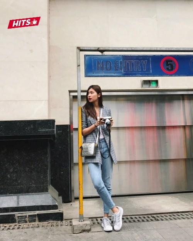 Đồng Ánh Quỳnh gợi ý outfit xuống phố cho các cô nàng trẻ trung, thanh lịch. Cách kết hợp áo phông, quần jeans cùng vest rất đơn giản nhưng lại vô cùng hiệu quả.