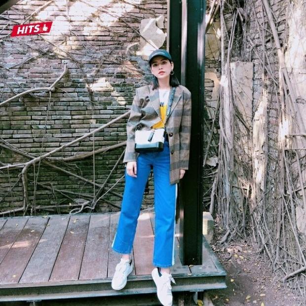 Chi Pu cũng không chịu kém cạnh các sao Việt khác khi chi hàng nghìn đô cho chiếc túi đeo chéo Chanel tông đen trắng đơn giản.