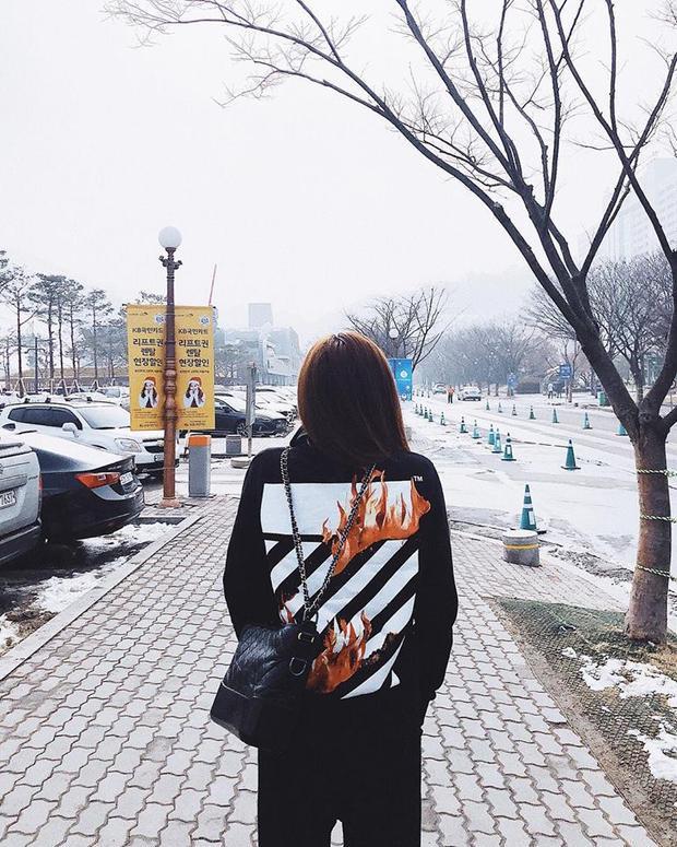 Đằng sau lưng chiếc áo là họa tiết kẻ sọc làm nên thương hiệu của Off-White.