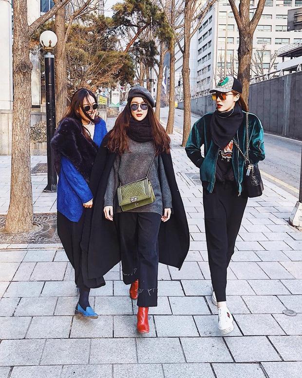 Không chỉ diện áo Off-White, Kỳ Duyên còn diện túi Chanel Gabrielle sành điệu. Sánh bước cùng cô nàng là Diệp Lâm Anh cũng sử dụng clutch màu rêu của Chanel.