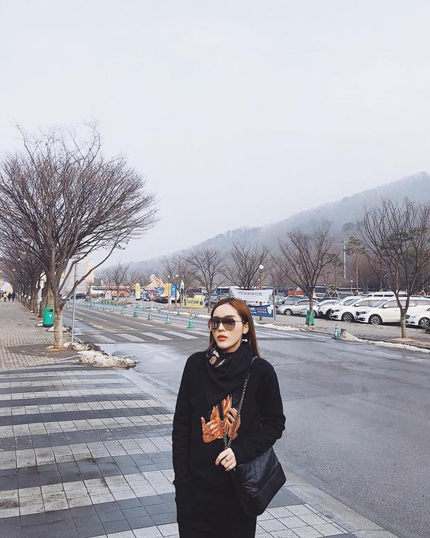 Kỳ Duyên đang trong những ngày nghỉ ngơi bên Hàn. Cô nàng khoe chiếc áo Off-White có họa tiết là ngọn lửa rất độc đáo.