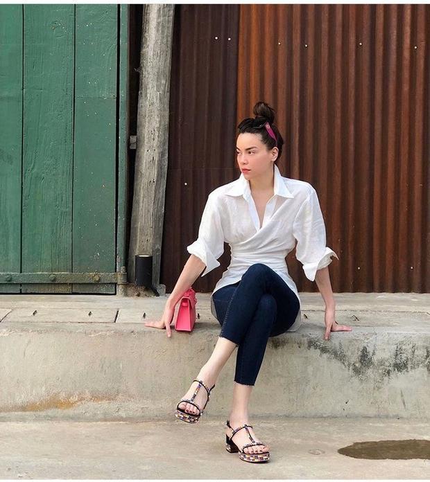 Hồ Ngọc Hà đã tái xuất với outfit đơn giản với quần jeans áo trắng nhưng cái quan trọng là thần thái thì cô luôn có thừa. Với bộ đồ này, Hồ Ngọc Hà sử dụng đôi sandal quai mảnh nhiều màu của Gucci làm điểm nhấn.