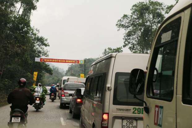 ố lượng phương tiện đi vào nhiều nên xe máy đã chạy sang làn đối diện lưu thông.