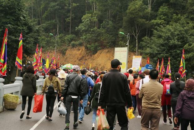 Nhiều du khách mang theo đồ ăn, nước uống để ăn dọc đường.
