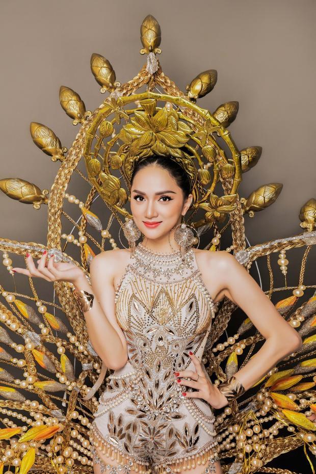 Hương Giang Idol rạng rỡ khi diện bộ trang phục dân tộc nặng đến 55 kg.