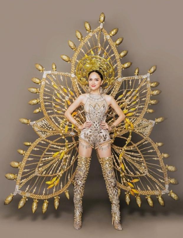 """Không phải là áo dài, đây mới là trang phục dân tộc """"siêu"""" ấn tượng của Hương Giang."""