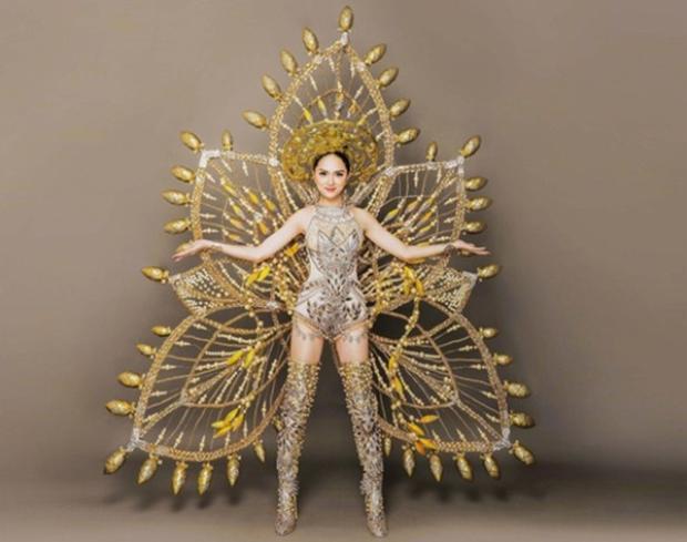 Các fan đang chờ đợi màn trình diễn của Hương Giang Idol với bộ trang phục hoành tráng này.