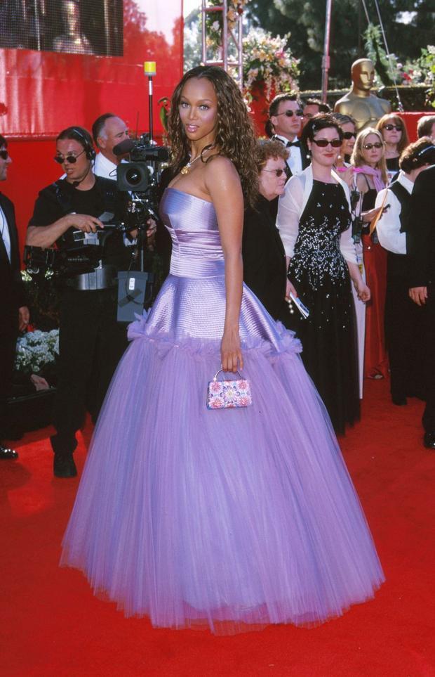 Tyra Banks xuất hiện như một nàng công chúa vừa bước ra từ câu chuyện cổ tích với chiếc đầm vải tulle bóng loáng. Thật không khó hiểu ngụ ý đằng sau chiếc đầm này khi cô diện nó nó để nhận giải thưởng cho vai diễn trong phim Life Size, trong phim này, cô hóa thân thành một nàng búp bê được được chuyển hóa thành con người.