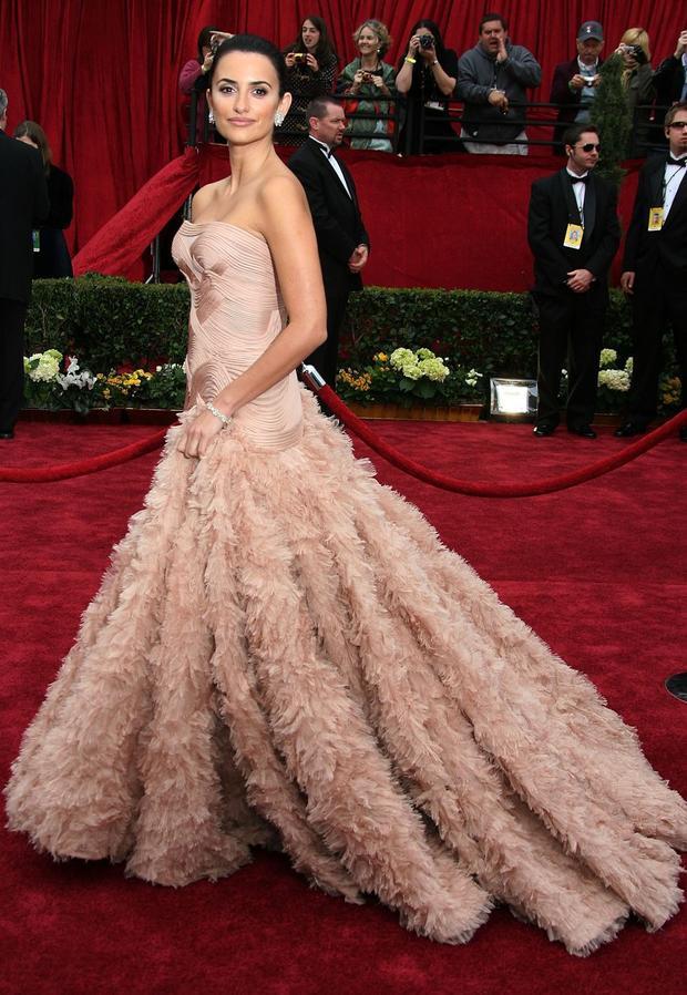 Penélope Cruz đã thống trị thảm đỏ hôm ấy với giải Nữ diễn viên xuất sắc nhất cho bộ phim Volver trong chiếc đầm dạ hội màu hồng phấn lộng lẫy. Các lớp layer được khéo léo sắp xếp theo thứ tự để tạo ra những nếp gấp uyển chuyển, chính sự cầu kì này đã đem lại sự thành công cho chiếc đầm.
