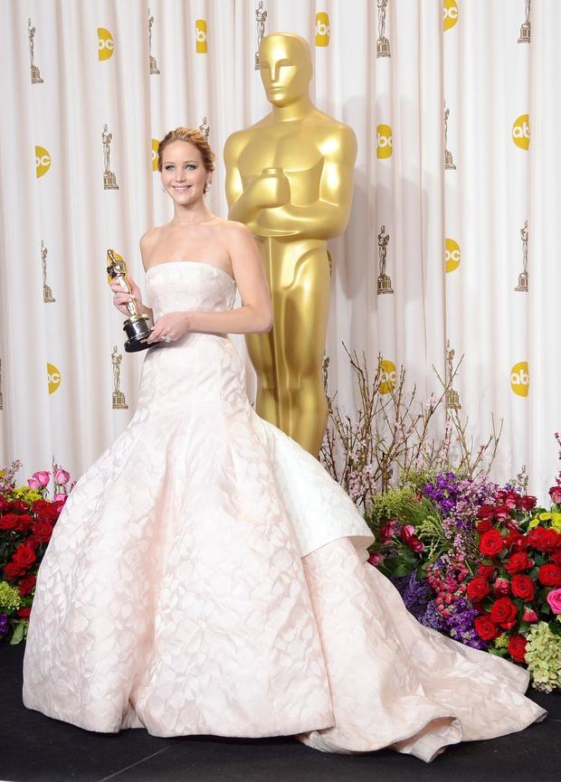 Đây là một chiếc váy không thể nào quên khi giúp Jennifer Lawrence trông thật quyến rũ khi bước lên nhận giải Diễn viên xuất sắc nhất cho vai diễn trong phim Silver Linings Playbook. Chiếc đầm hồng Dior Haute Couture được thiết kế bởi Raf Simons với nhiều hạt kim cương được đính trên áo từ hãng Chopard.